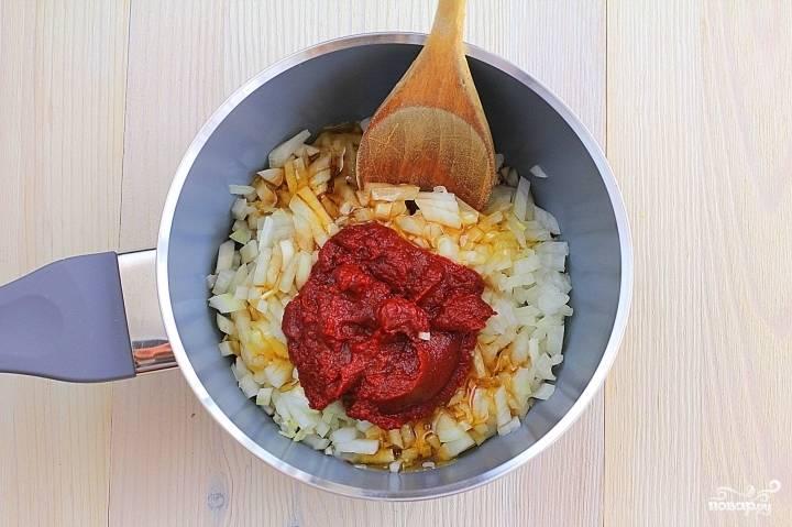Перекладываем лук, чеснок и имбирь в сотейник, добавляем соевый соус, томатную пасту и мед, хорошенько перемешиваем.