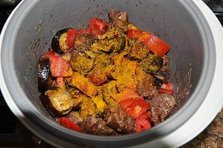 Добавляем помидоры, порезанные кубиками. Также засыпаем соль, перец и куркуму.
