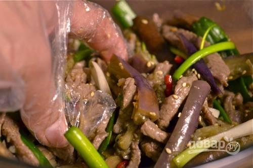 8. Следом выложите мясо и все аккуратно перемешайте.  Блюдо можно подавать к столу. Приятного аппетита!