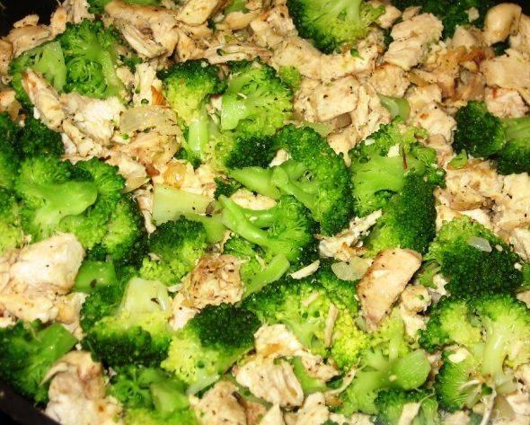 . Затем все ингредиенты поочередно обжариваем: сразу капуста, затем лук и в конце куриное филе.