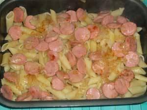 4. Теперь на противень, застланный пекарской бумагой или фольгой выкладываем половину макарон, а затем - смесь со сковородки.