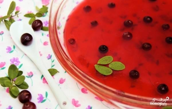 Когда жидкость остынет, разливаем ее по формам. При желании можно добавить в желе свежие ягоды клюквы, так будет вкуснее. Помещаем формы в холодильник на несколько часов до полного застывания желе.