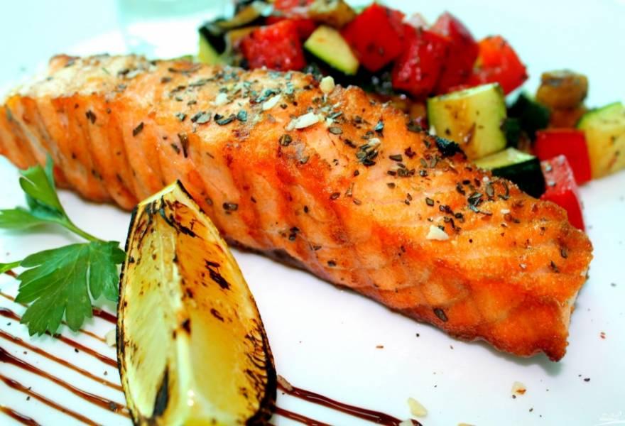 И вот, наше блюдо готово. Выкладываем на тарелку нашу семгу с овощами и подливкой, посыпаем зеленью. Можно подать свежие овощи, картофель или рис. Приятного аппетита!