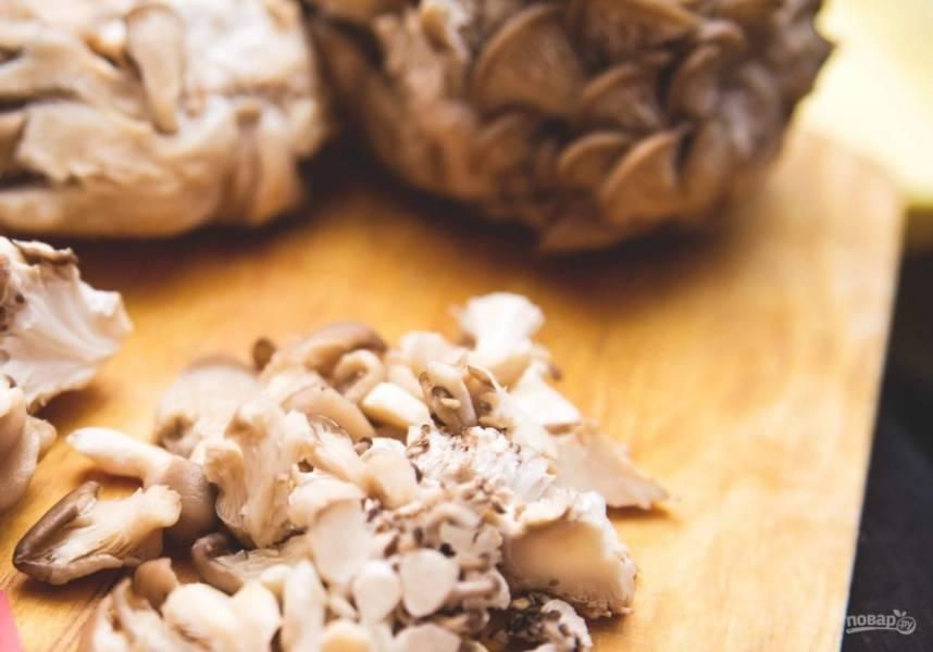 4. Пока остывают грудка и брокколи, нарезаем грибы. Я брала вешенки, но можно взять и шампиньоны.