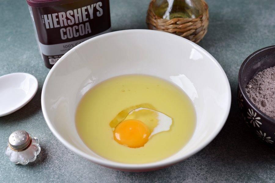 В другую миску вбейте яйцо, влейте молоко и растительное масло. Взбейте все венчиком до однородности.