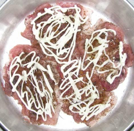 4. Выкладываем в емкость для запекания и промазываем майонезом. По вкусу можно притрусить сыром. Отправляем в разогретую до 180 градусов духовку на полчаса.