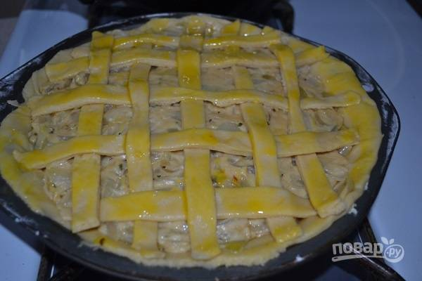 11. Взбейте желток, смажьте им пирог, отправьте в разогретую до 180 градусов духовку. Выпекайте до румяности.