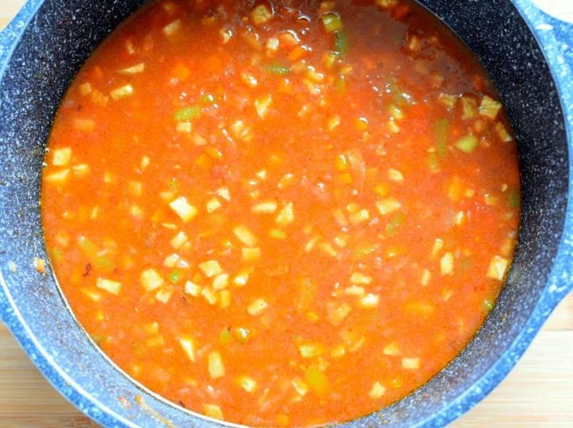 Добавьте протертые помидоры и доведите до кипения. Убавьте  огонь и тушите без крышки минут 15. Затем влейте столько кипятка, чтобы содержимое кастрюли было покрыто на 2-3 пальца. Манпар должен быть густым. Тушите еще минут 10-15.