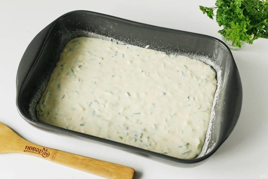 Переложите тесто в смазанную маслом форму для запекания. Дно и бока предварительно обсыпьте мукой или манкой. Выпекайте пирог в духовке при температуре 180 градусов около 30 минут.
