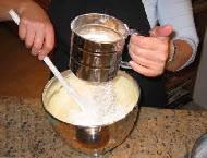 Перемешивайте яичную смесь с мукой
