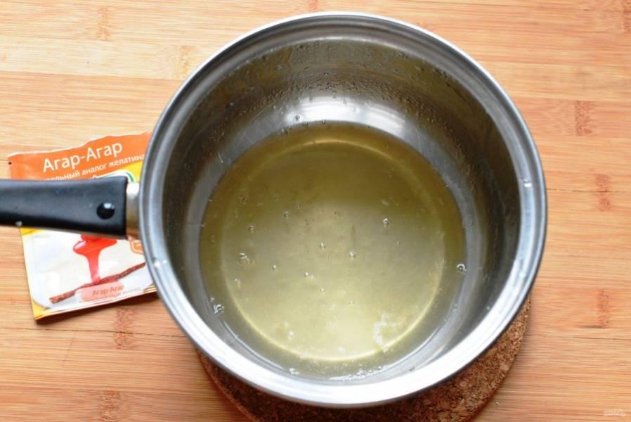 Агар-агар подготовьте согласно инструкции на упаковке, добавив 100 мл воды.