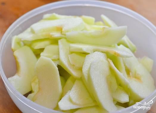 Яблоки моем и очищаем от шкурки. В принципе, этого можно не делать (в смысле со шкуркой вкус не ухудшится). Но по французскому рецепту все должно быть нежно и воздушно. Режем тонкими дольками.