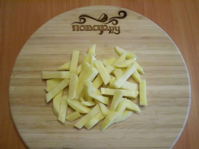2. Нарежьте картофель кусочками или соломкой.