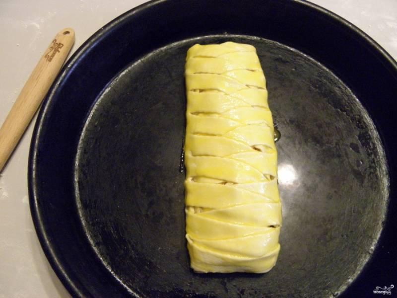 Смажьте сырым желтком пирог. Отправьте в горячую духовку на 15 минут, температура выпекания - 220 градусов.