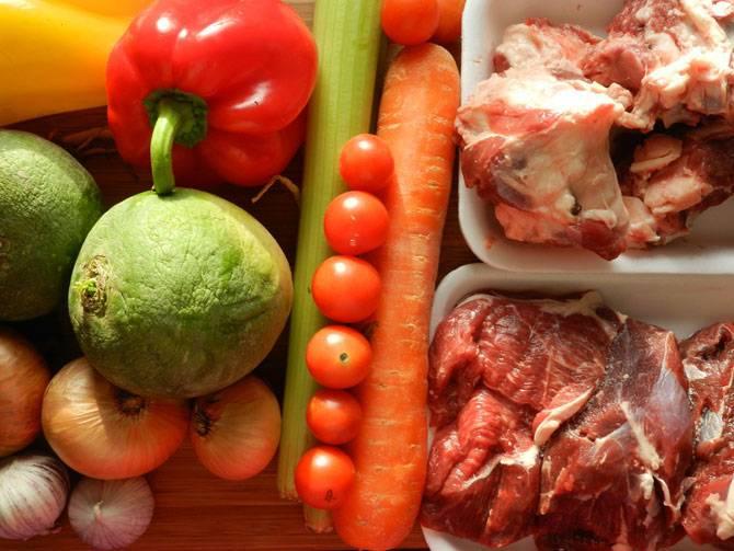 1. Рецепт приготовления лагман из баранины следует начать с бульона. Его можно сварить заранее и не только с баранины. Также следует подготовить все необходимые ингредиенты.