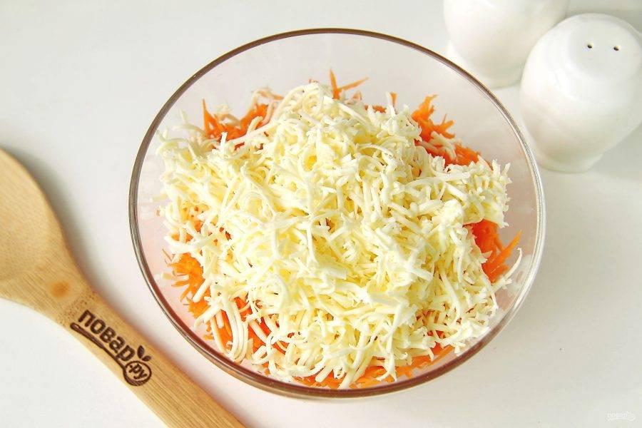 Плавленый сырок натрите на мелкой терке и добавьте к моркови.