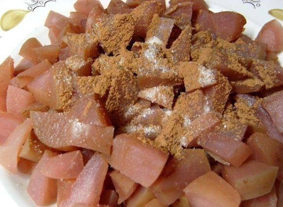 Яблоки отварить или взять их из компота, дать стечь жидкости. Посыпать корицей.