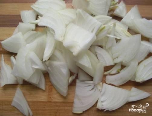 Репчатый лук очищаем от шелухи, нарезаем кубиками, перьями или полукольцами (кому как больше нравится) и отправляем на разогретую сковороду с растительным маслом.