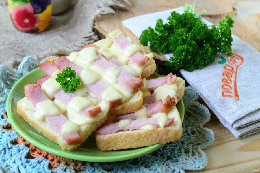 Горячие бутерброды «Шахматы» готовы. Кушайте с удовольствием!