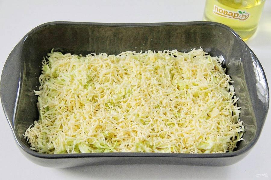 Натрите сыр и половину равномерно распределите на кабачки.