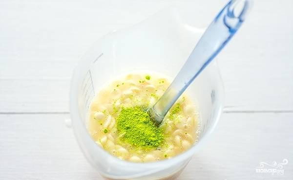 В стакан добавьте желатин и краситель. Перемешайте.
