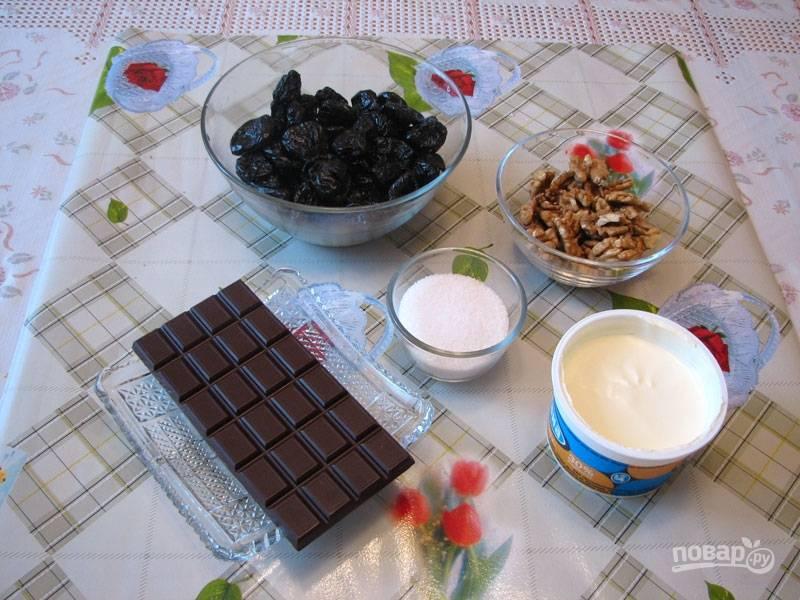 Подготовьте ингредиенты. Промойте и замочите предварительно чернослив, чтобы он стал мягким.
