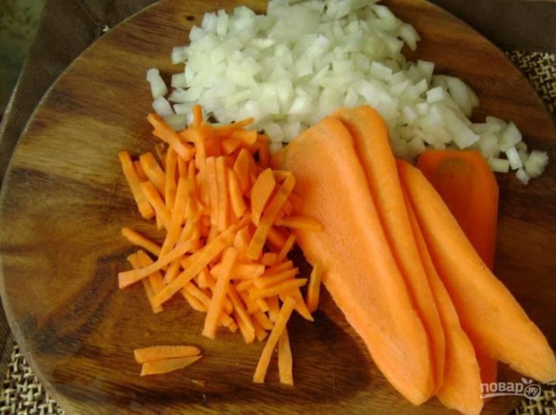 4. Шинкуем лук и морковь.