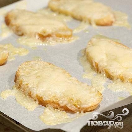 2. Вынуть тосты из духовки, посыпать каждый 1 столовой ложкой сыра Грюйер и запекать в духовке до тех пор, пока сыр не расплавится. Вынуть хлеб из духовки, разрезать каждый ломтик по косой, чтобы получилось 12 штук, и держать в тепле.