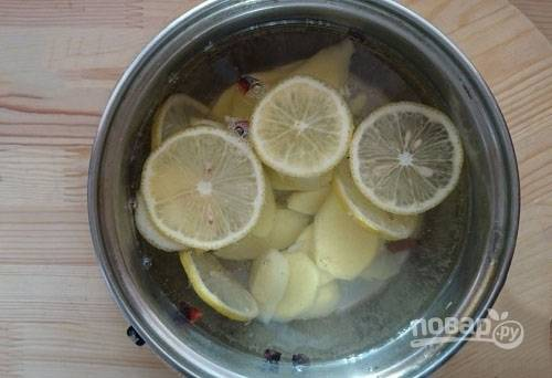 Перекладываем в кастрюлю имбирь, лимон и все остальные специи, кроме меда. Заливаем водой и доводим до кипения. И сразу же снимаем кастрюлю с огня.