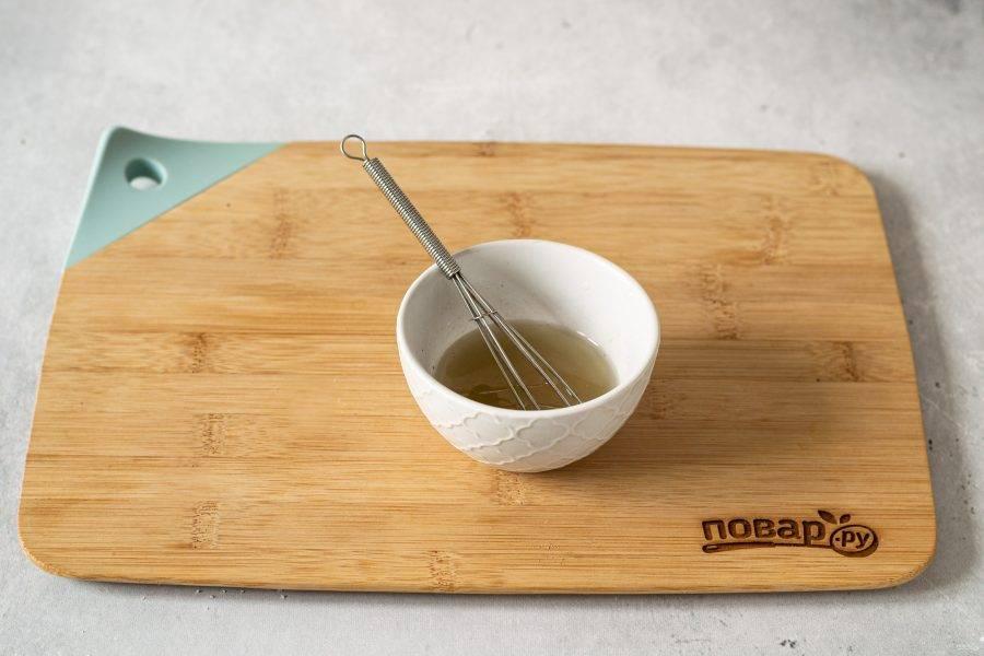 Для заправки смешайте растительное масло с лимонным соком, добавьте сахар, соль и черный молотый перец.