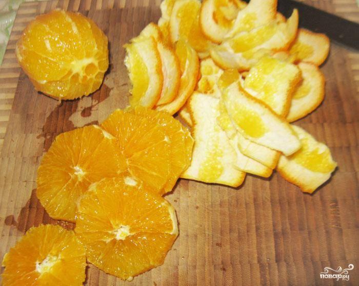 Апельсин также очистить от кожуры и нарезать тонкими кольцами.
