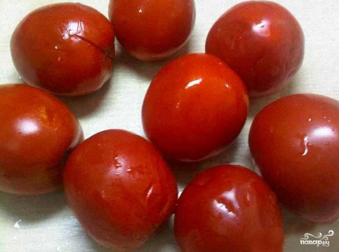 Сначала расправляемся с помидорами. Нужно полностью убедиться, что все они свежие и неподпорченные. При малейшем сомнении берем нож и отсекаем подозрительную часть. Попки тоже можно срезать.