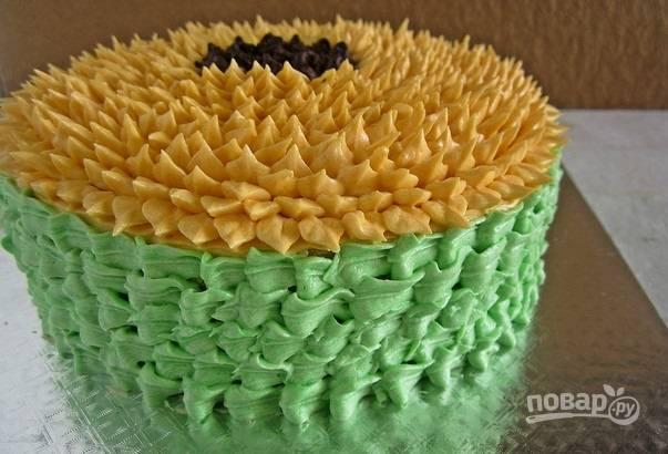 9. Борта тортика украсьте зеленым кремом.