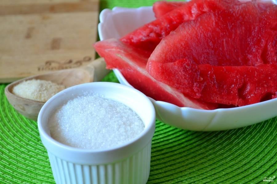 Подготовьте все необходимые ингредиенты. Разрежьте арбуз и мякоть от корок. Извлеките все семена.
