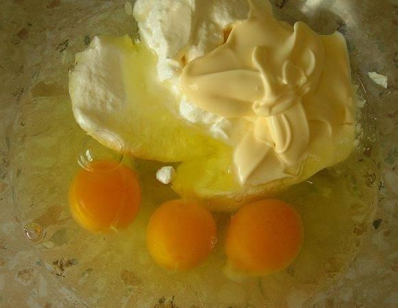 3. Для приготовления теста в этот простой рецепт капустного пирога на молоке используется также сметана и майонез. При желании можно ограничится только сметаной, например. Итак, вбить в небольшую мисочку яйца, добавить сметану и майонез.
