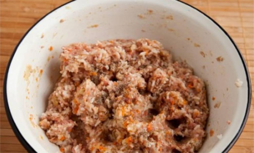6. Рис смешиваем с фаршем. Добавляем перца и соли по вкусу.