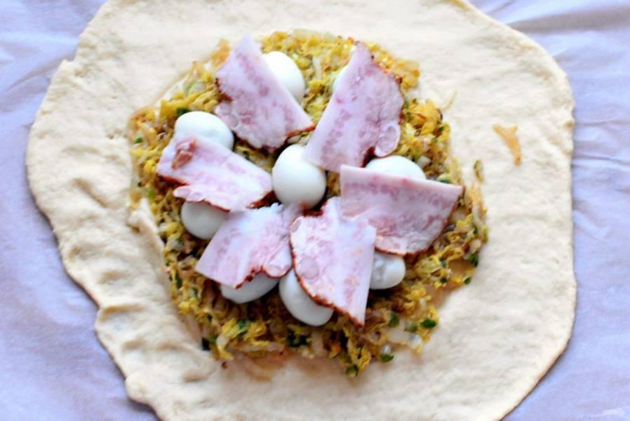 Выложите капусту в центр. Сверху разложите перепелиные яйца. Накройте тонкими ломтиками грудинки.