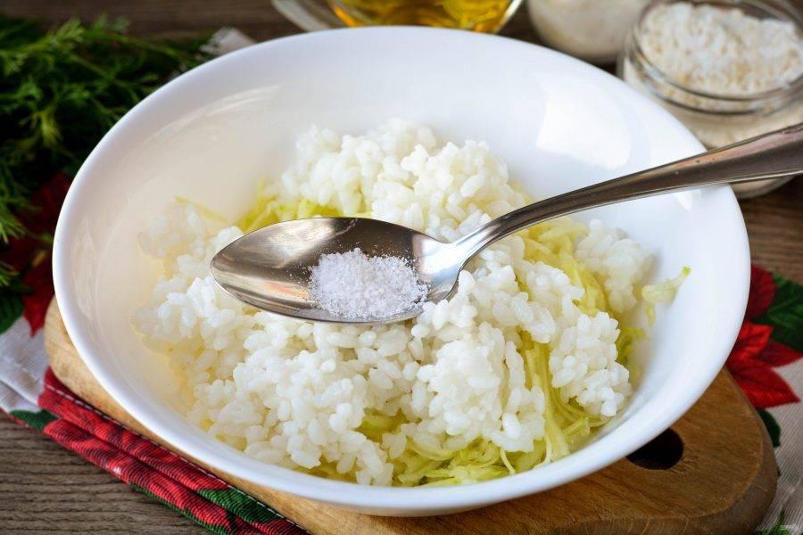 Всыпьте вареный рис, специи, соль и перец по вкусу.