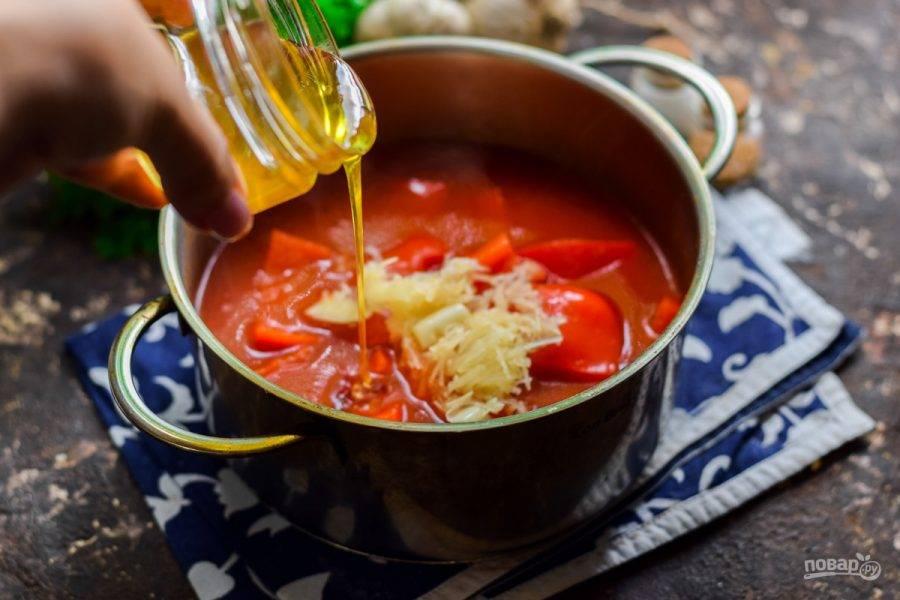 Спустя время добавьте в лечо мед, пропущенный через пресс чеснок, соль и уксус. Проварите 3 минуты и снимите с огня.