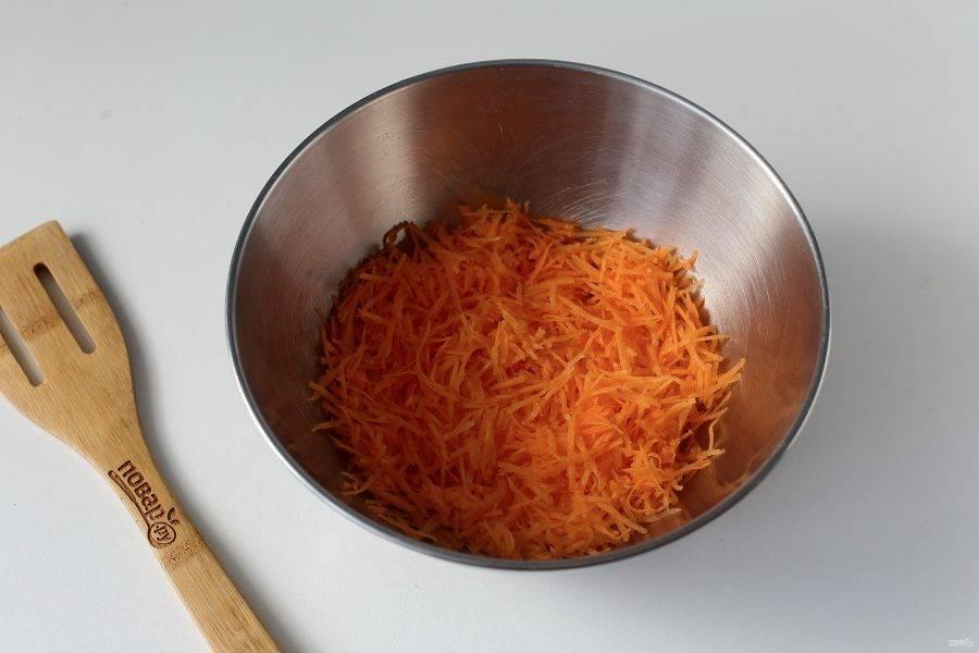 Сырую морковь натрите на мелкой терке.