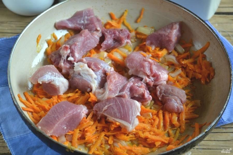 Лук обжарьте вместе с морковью в небольшом количестве подсолнечного масла. Когда они станут мягкими, выложите мясо, добавьте граммов 100 воды и тушите до полуготовности мяса.