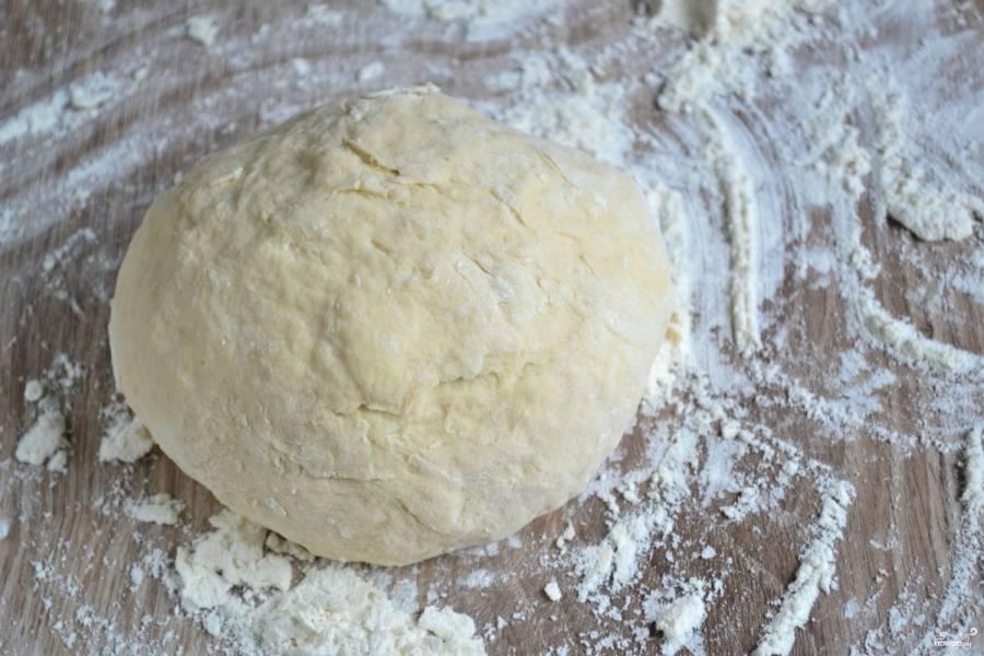Замесите достаточно упругое тесто, не липнущее к рукам. По необходимости добавляйте муку.