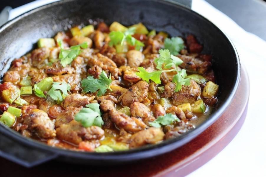 Готовое блюдо посыпаем свежей кинзой и подаем к столу.