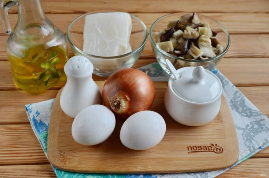 1. Подготовьте продукты для салата. Отварите яйца, остудите и снимите скорлупу. Очистите луковицу. Грибы порежьте не большими кусочками. Приступим!
