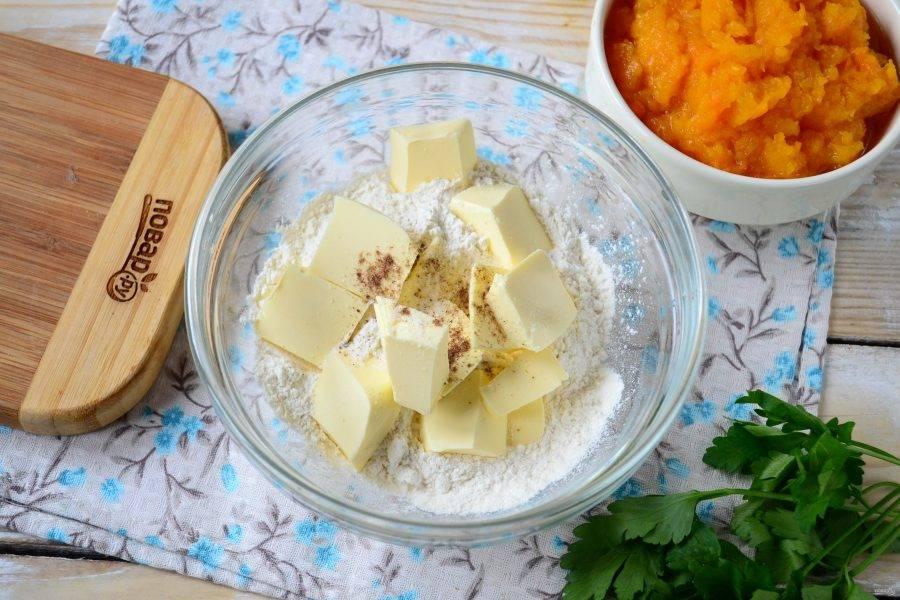 Первым делом займитесь приготовлением теста. Холодное растительное масло перетрите с мукой, мускатным орехом и солью.