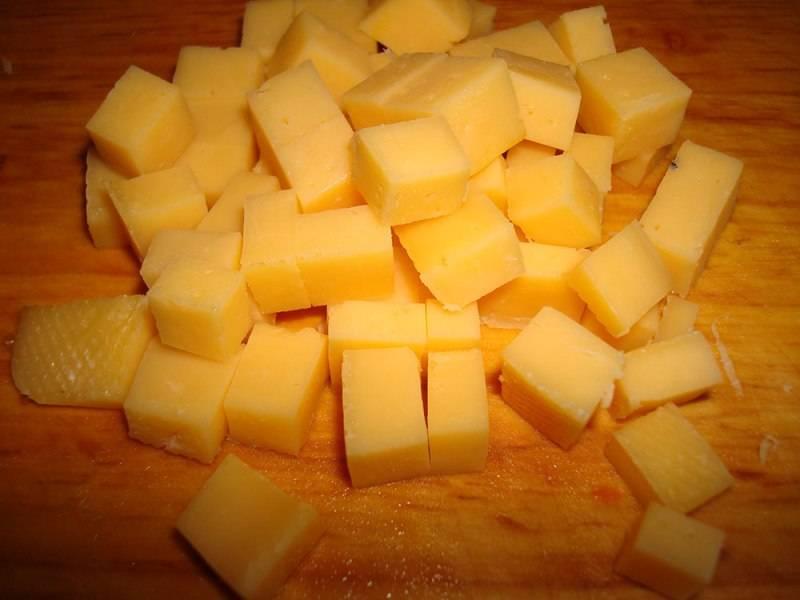 Сыр нарезаем небольшими кубиками, картофель чистим и режем немного покрупнее.