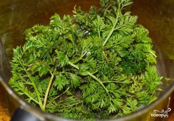 5. Вымойте зелень, обсушите её, чтобы ушла лишняя влага.
