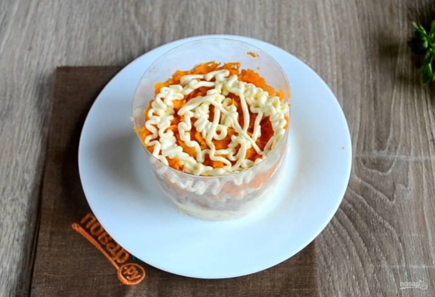 Третьим слоем выложите морковь и снова смажьте.