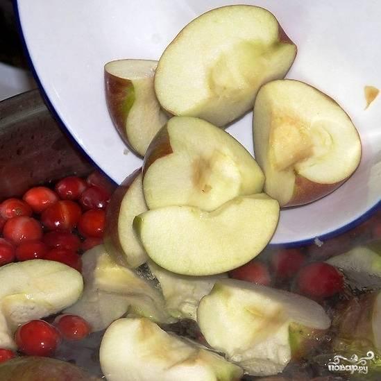 Каждое яблоко разрезаем на 6-8 частей, очищаем от сердцевины и добавляем в кастрюлю.