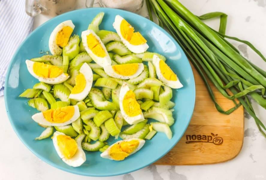 Очистите отварные куриные яйца от скорлупы и промойте их в воде. Разрежьте на 4-6 частей и выложите на тарелку. Посолите и поперчите нарезку. Яйца являются добавочным продуктом, поэтому вы можете сделать из них омлет и порезать его на части либо же использовать отварные яйца.